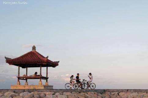 Adolescents sur la plage de Sanur, Bali, Août 2014